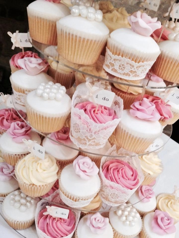 choosing a cake maker, display of cupcakes, decorated cupcakes