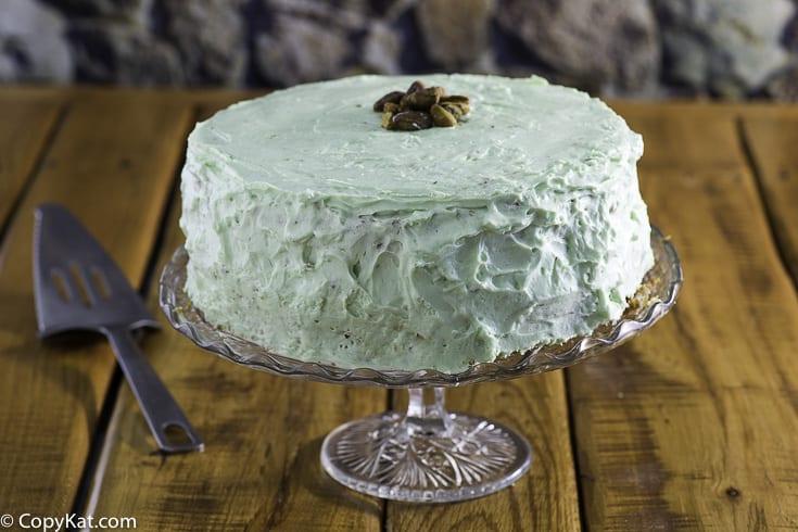 Un pastel de pistacho entero, también conocido como pastel de Watergate