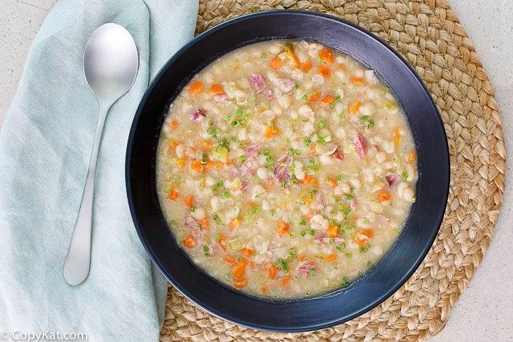sopa de frijoles blancos en un tazón