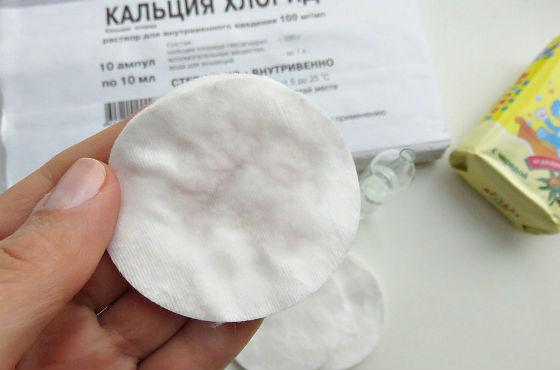 Нанесение ингредиентов на ватный диск