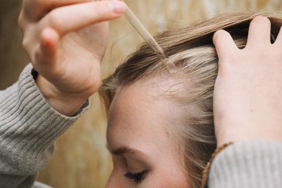 Нанесение масла на кожу головы