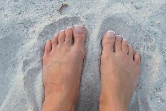 Инфекционными заболеваниями ступней часто заражаются на пляже