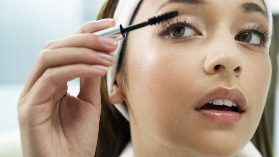 После работы с кожей макияж наносят на глаза