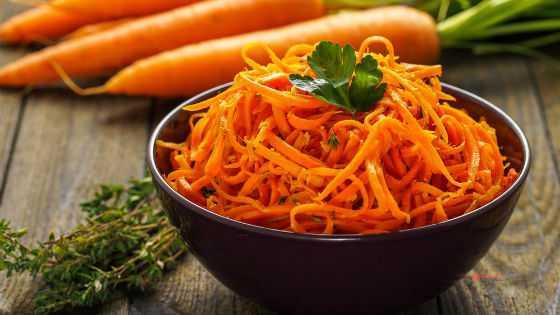Салат из сырой моркови как вариант употребления продукта