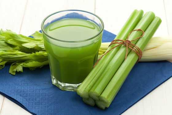 Свежеприготовленный сок из стеблей сельдерея