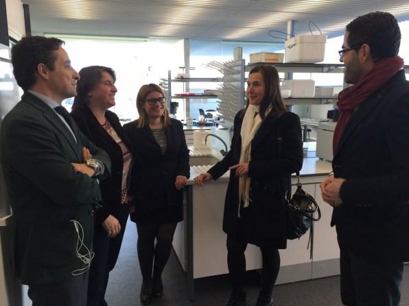 Maive Rute visitando la empresa Innovagenomics