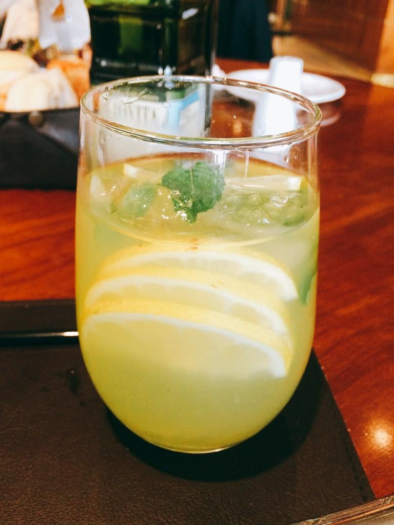 Fabulosa limonada con cardamomo y menta.