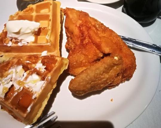 Pollo frito y wafles