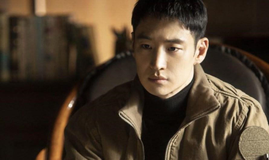 """Lee Je Hoon fala sobre sua decisão de estrelar """"Taxi Driver"""", boa química com o elenco e mais"""