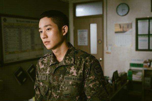 Atuação hiper-realista de Jung Hae In em 'D.P'