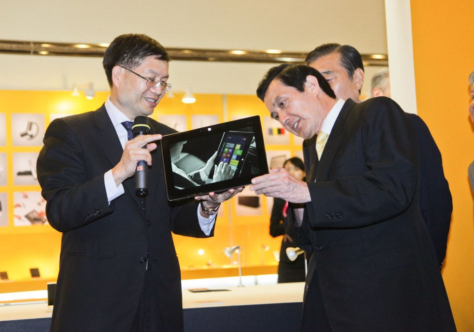 ASUS CEO Jerry Shen Introduces the Taichi_ Ultrabook_  to Taiwanese President Ma Ying-jeou