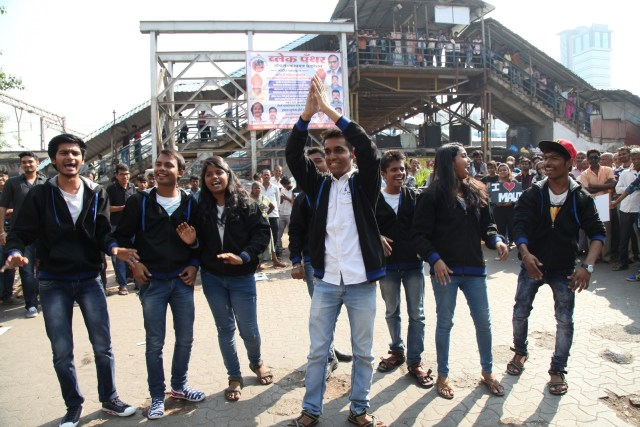 A Successful Street Play organized by the Students of Saraf College at Malad Railway station Mumbai (4)