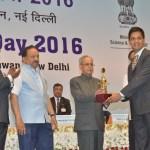 Dr Dhananjaya Dendukuri receiving the award