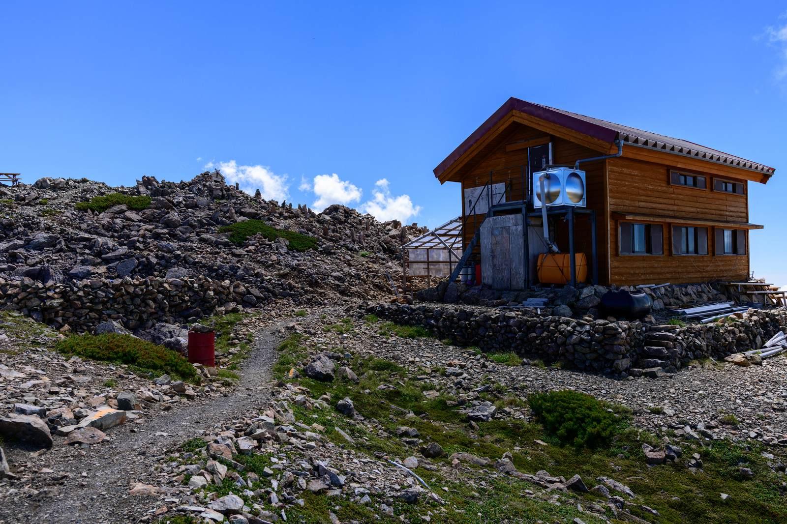 山にまつわる怖い話『三頭山の小屋』|洒落怖・山の怪談