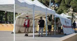 Instalación de la Cruz Roja en un parque de Sabadell el 6 de agosto para realizar pruebas PCR. Shutterstock / Lorena Sopena