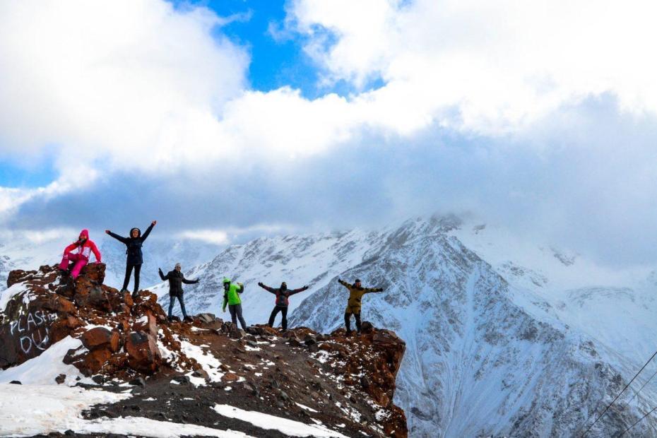 Des hommes en haut d'une montagne
