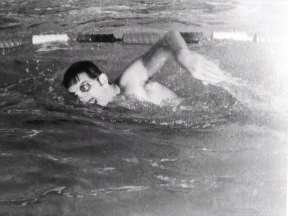 Un homme qui nage en piscine