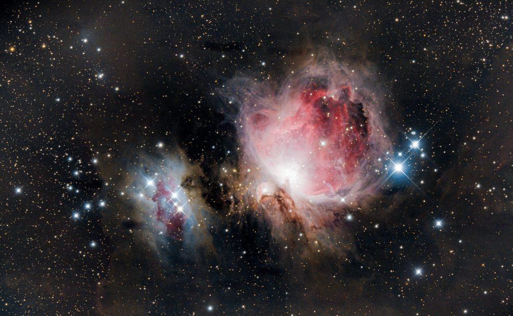 Voilà la version finales de la grande nébuleuse d'Orion avec 2 soirs d'empilement.500 photos de 30sec au total ont été nécessaires pour arriver à ce résultat.C'est la plus brillante nébuleuse diffuse de l'hémisphère nord, visible à l'œil nu, son diamètre réel fait plus de 4 fois le diamètre de la pleine lune dans le ciel!