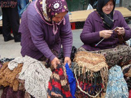 Femei care tricotează
