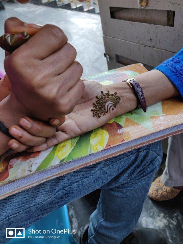henna artist at work