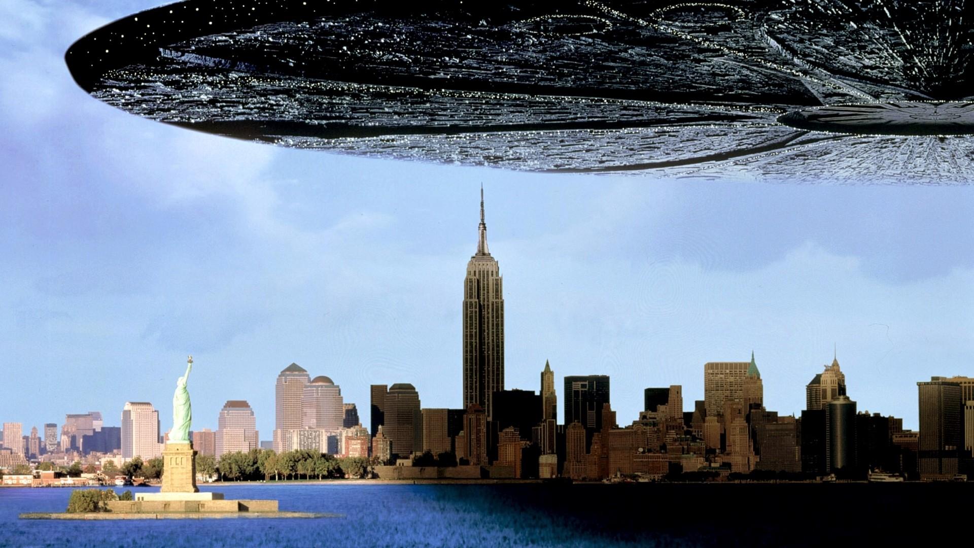 Zwei Tage vor dem amerikanischen UnabhŠngigkeitstag tauchen Ÿberall auf der Erde riesige Raumschiffe auf und beginnen mit der systematischen Vernichtung des Planeten.