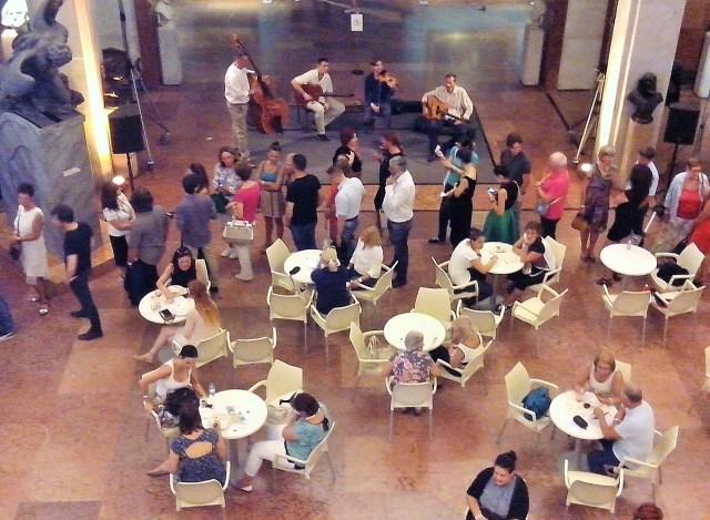 A Canarro zenekar játszik