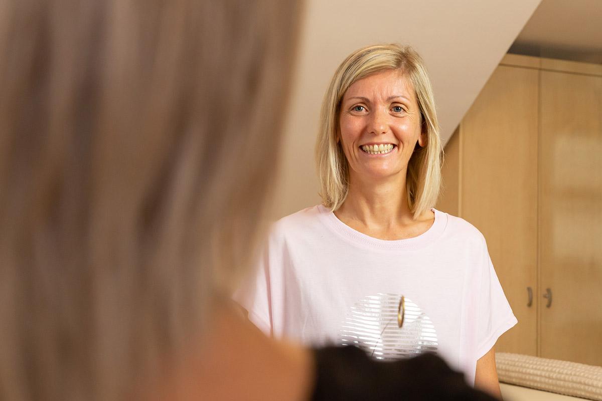 Cornelia Grabner mit ihrer Klientin bei der Energiearbeit