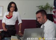 Secretária com tesão abrindo as pernas para o Patrão que estava assistindo sacanagem no escritório