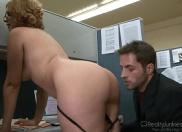 Secretária casada dando a perseguida em pleno local de trabalho