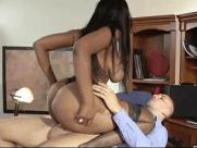 Negona Sexy Caiu na net Fazendo um Agrado para o seu chefe dentro do escritório