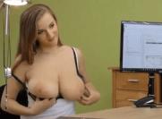 Mulher peituda sexy garantindo a sua vaga de emprego