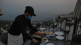 """""""لا داعي للذعر"""".. خبراء الصحة يؤكدون: لا دليل على انتقال فيروس كورونا عبر الطعام"""