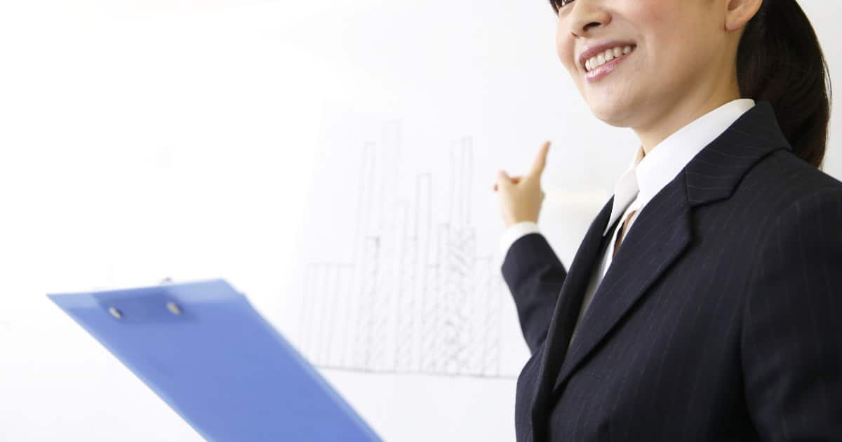 what to wear for public speaking - image of young professional woman giving a presentation
