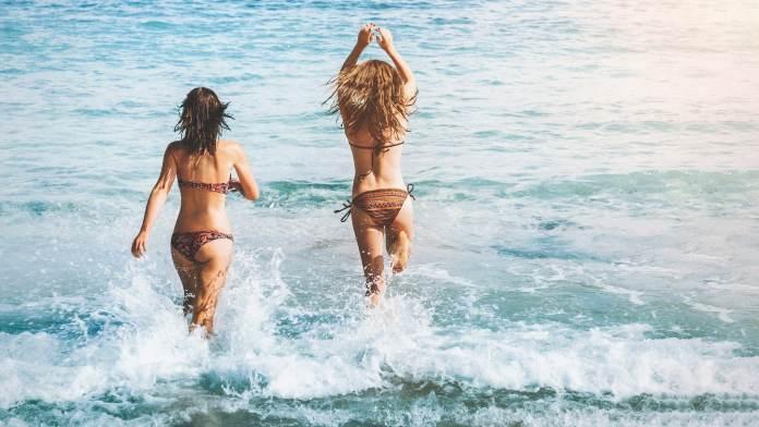 Deux femmes allant se baigner