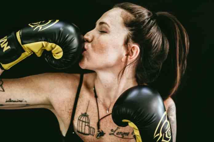 Une femme se boxe elle-même