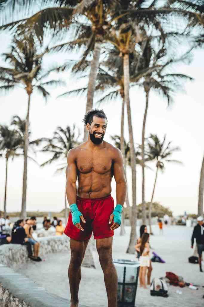 Homme faisant du sport à la plage