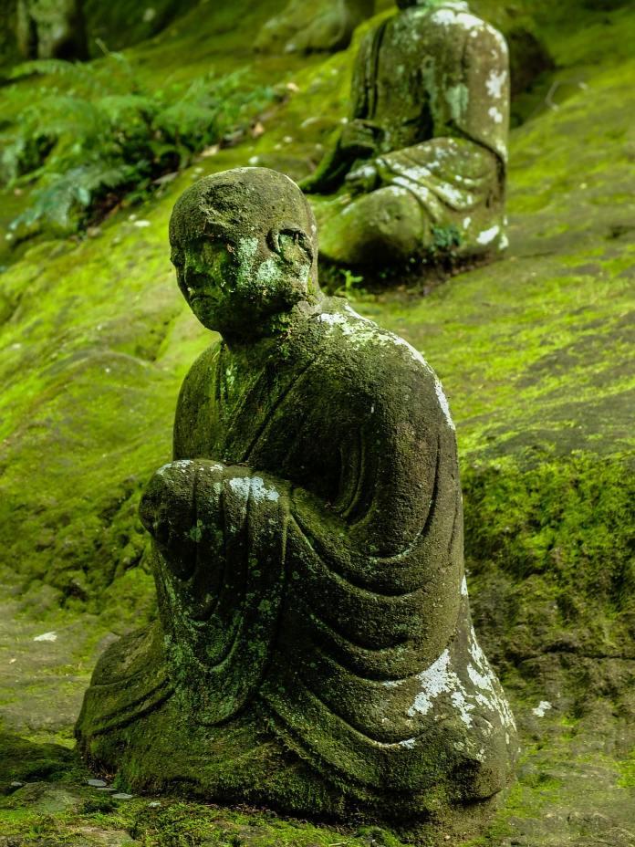 Statuette ancienne d'un moine