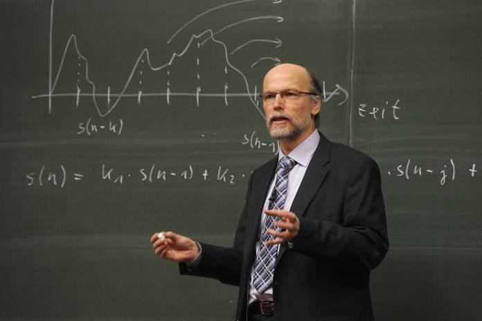 Professeur devant un tableau