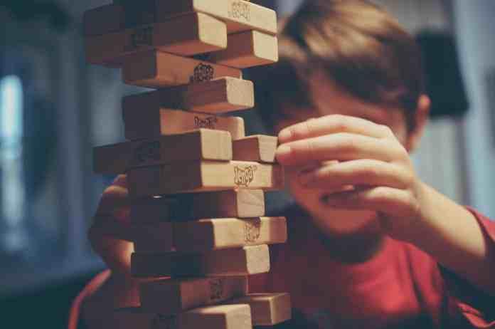 Enfant qui fait un jeu de réflexion