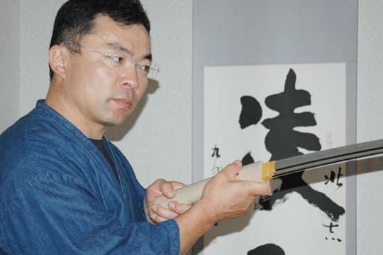 Matsuba sensei qui vérifie un katana