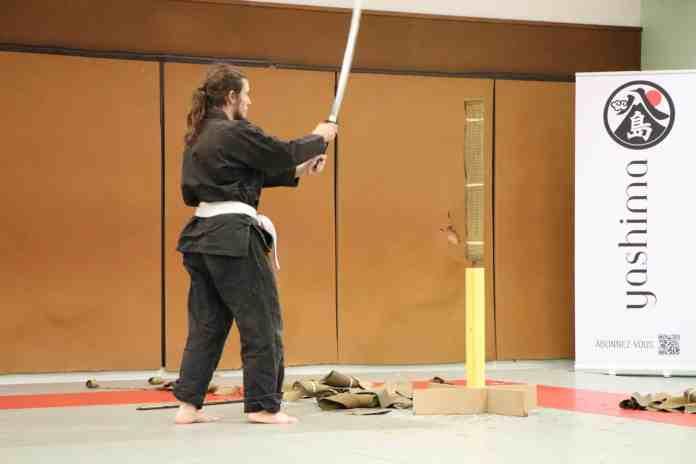 Moi, tenant un sabre devant le tatami