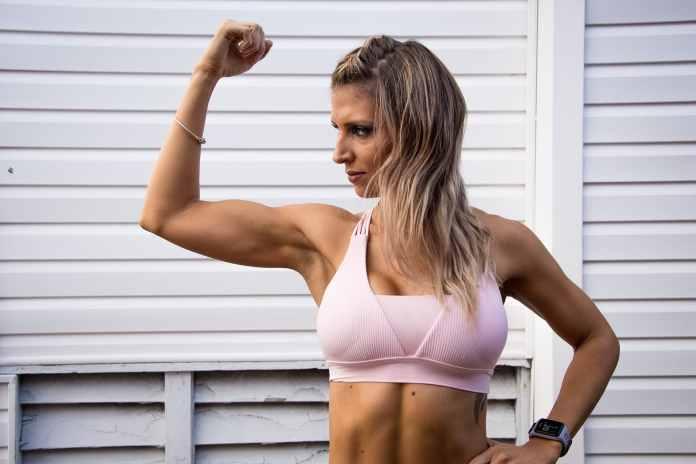 Femme montrant ses muscles