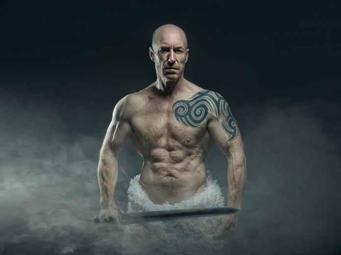 Homme torse nu avec un glaive