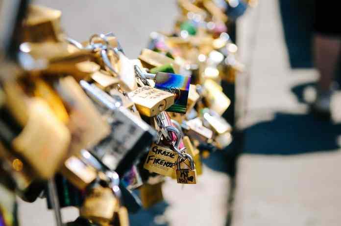 Cadenas amoureux sur un pont