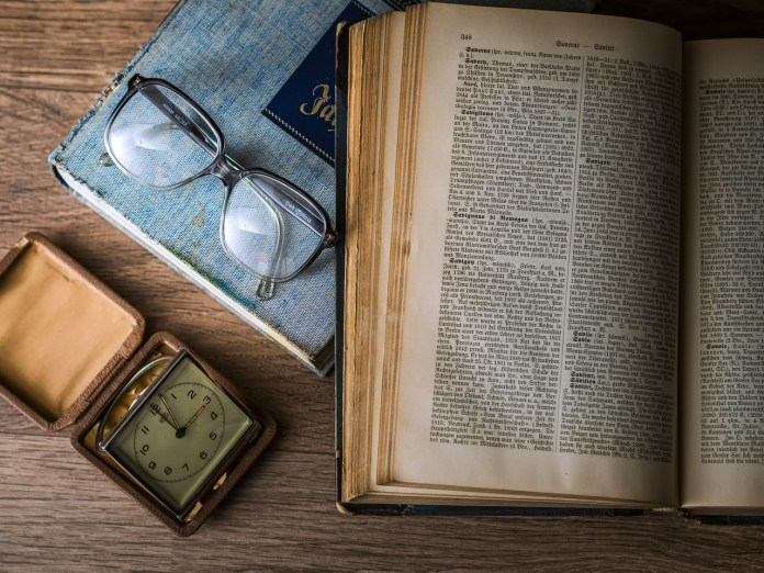 Un livre sur une table avec des lunettes