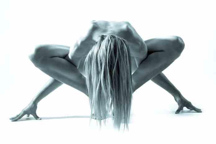 Femme dans une position de gainage