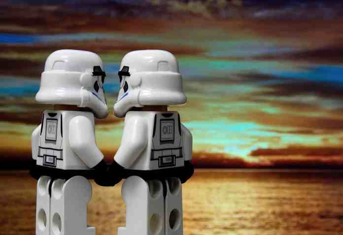 Deux figurines de clones star wars qui se tiennent la main