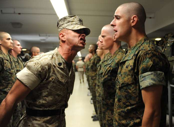 Instructeur de l'armée qui passe un sermont