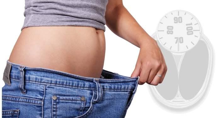 Femme mesurant sa perte de poids