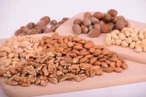 Oléagineux sur une table (noix, noix de cajou, noisettes, amandes..)